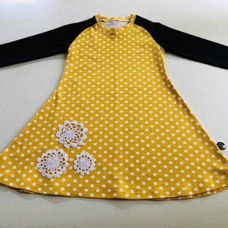 Kelta-musta mekkotunika