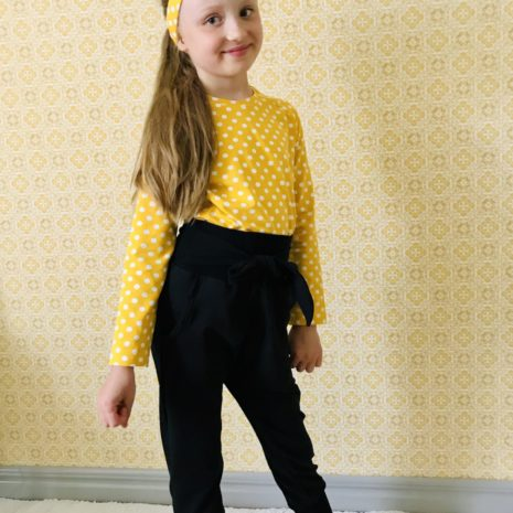Keltainen paita housujen kanssa