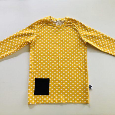 Keltainen paita taskulla