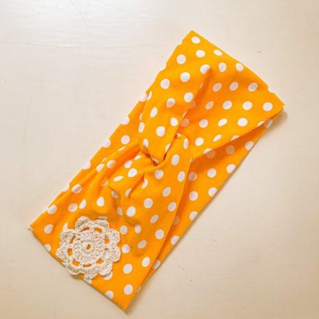 YellowQuu keltainen solmupanta valkoisilla palloilla
